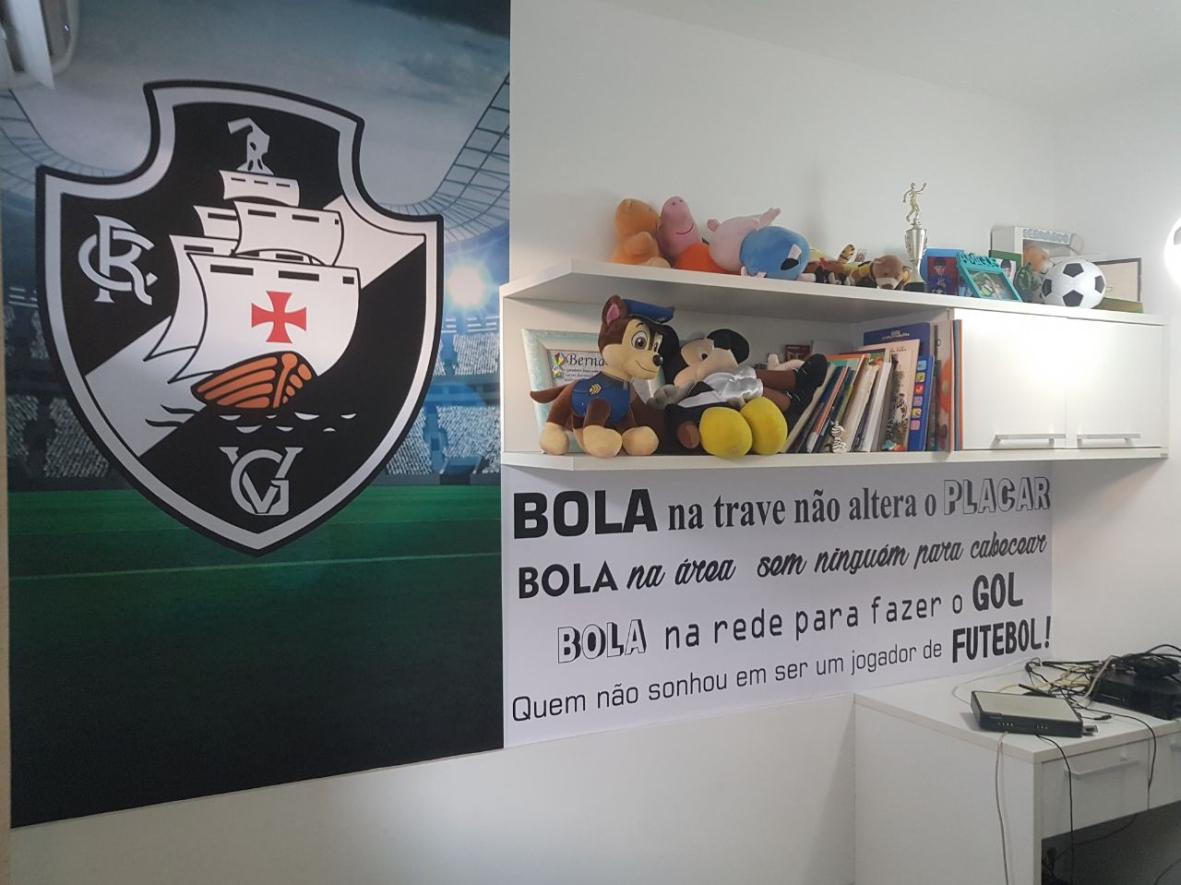 7d49fc13d1 Adesivo de Parede Escudo e o Campo de Futebol - Cole Decore